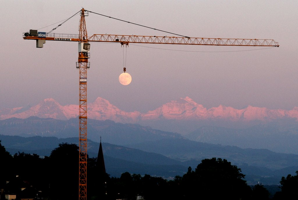 Crane_¨raising¨_the_moon